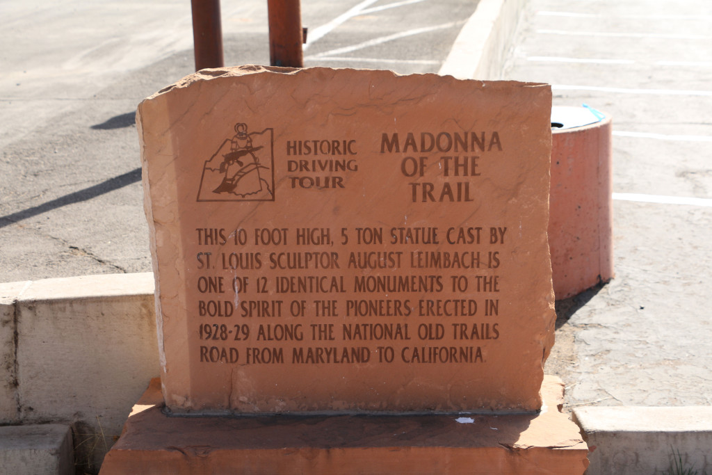 Inschrift zu den Trail-Statuen