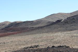 Schwarze Strasse in rotem Fels 2