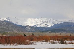 Ebene mit Schneebergen vor Walden
