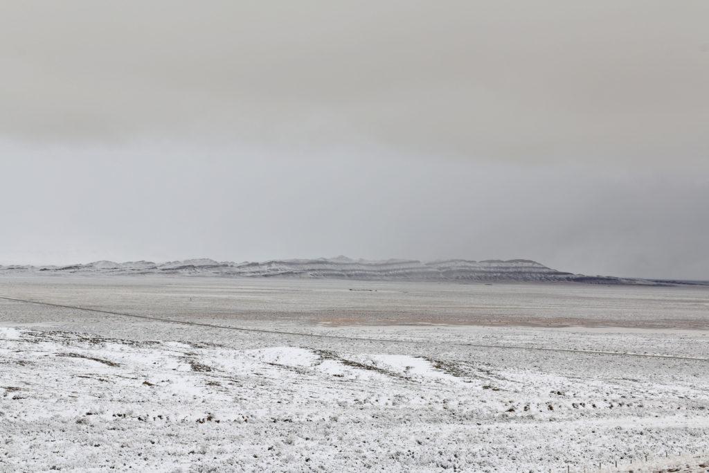 Schichtfelsen im Schnee
