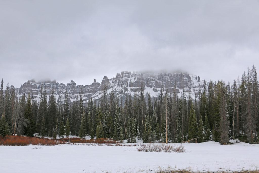 Felsfiguren im Schnee vor Jackson