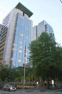 Gerichtsgebäude mit Birkenpark