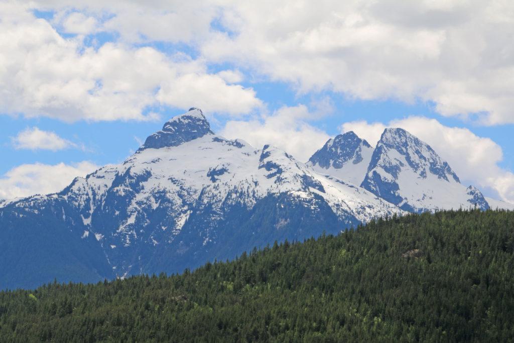 Schneebedeckte Berge beim Squamish River